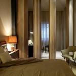Sfeervolle slaapkamer met houten panelen