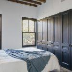 Sfeervolle slaapkamer met inbouwkast