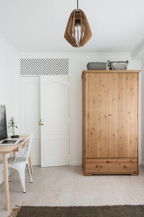 Sfeervolle slaapkamer met werkplek en kledingkast  Slaapkamer ideeën