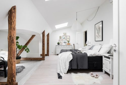 Sfeervolle zolderslaapkamer met een landelijke sfeer