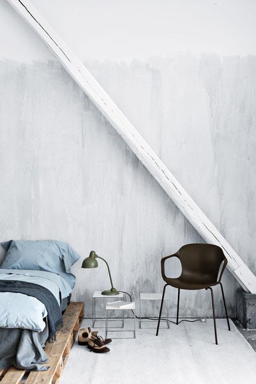 Simpele slaapkamer met houten pallet bed