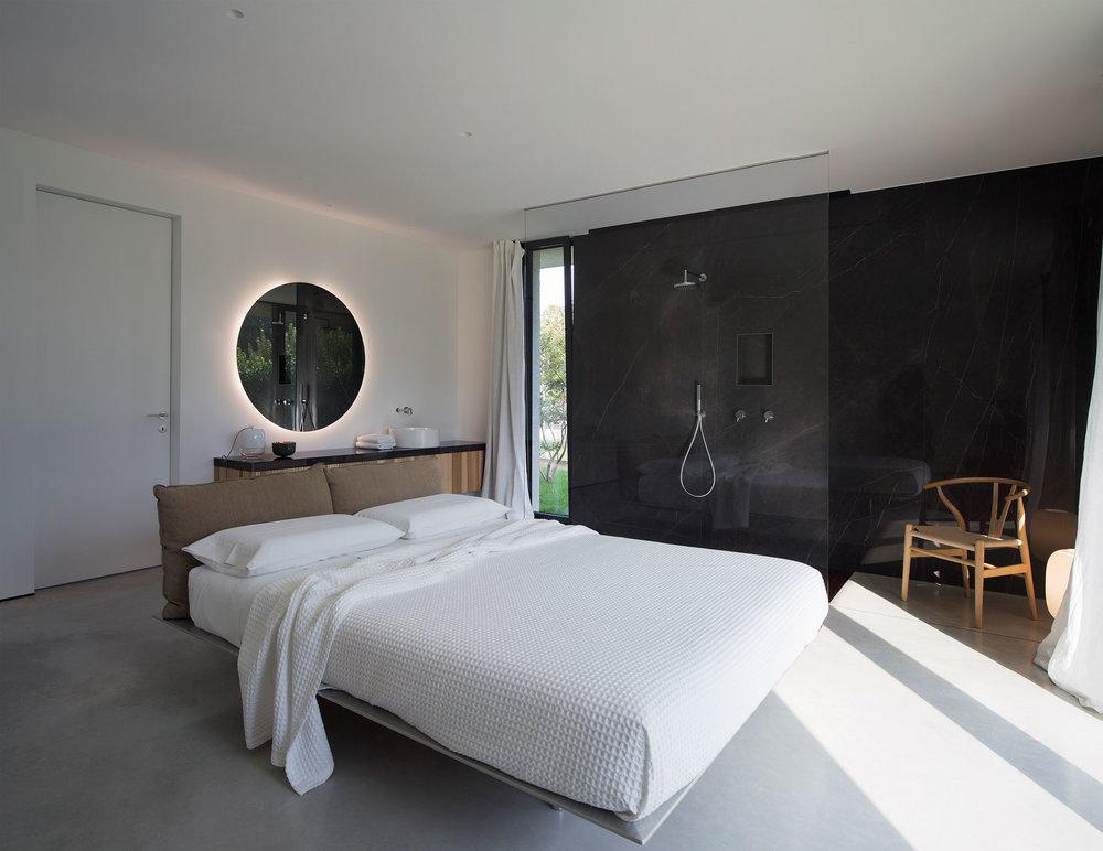 Slaapkamer badkamer combinatie in luxe Italiaanse bungalow