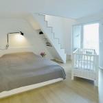Slaapkamer met bed onder trap
