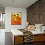 Slaapkamer met betegelde muur