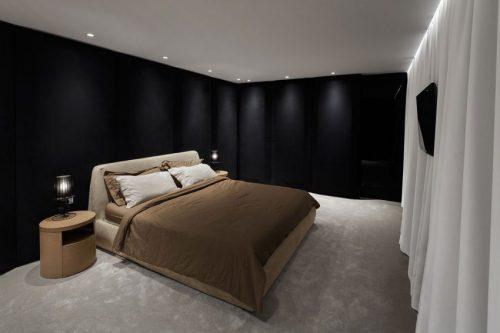 Slaapkamer met fluwelen wandbekleding