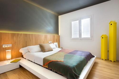Slaapkamer met glazen muur met zwarte stalen kozijnen