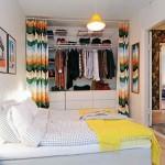 Slaapkamer met gordijn voor open inloopkast