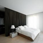 Slaapkamer met gordijn als roomdevider met inloopkast