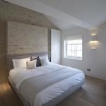 Slaapkamer met handgemaakte bakstenen muur