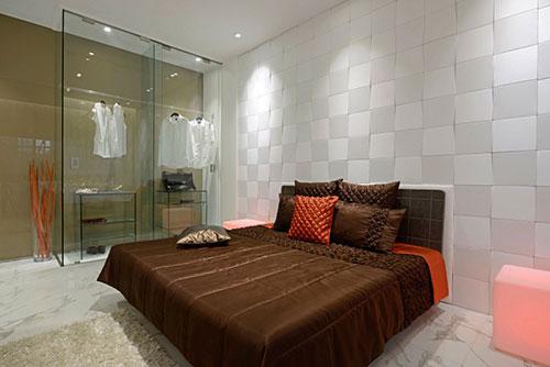 Slaapkamer met marmer en glas