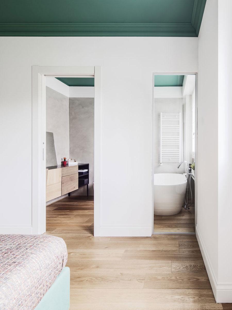 Slaapkamer met een groen plafond en bed