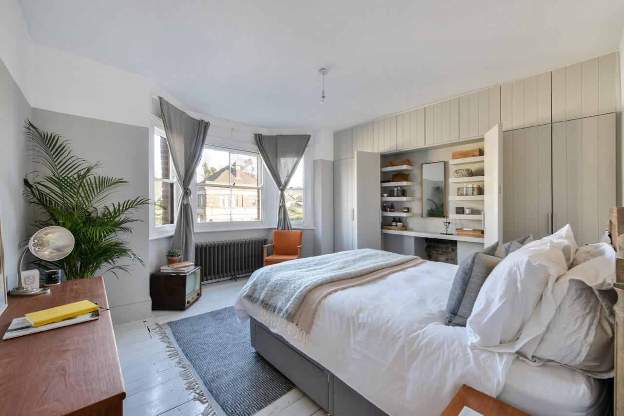 Slaapkamer met een landelijke Britse charme