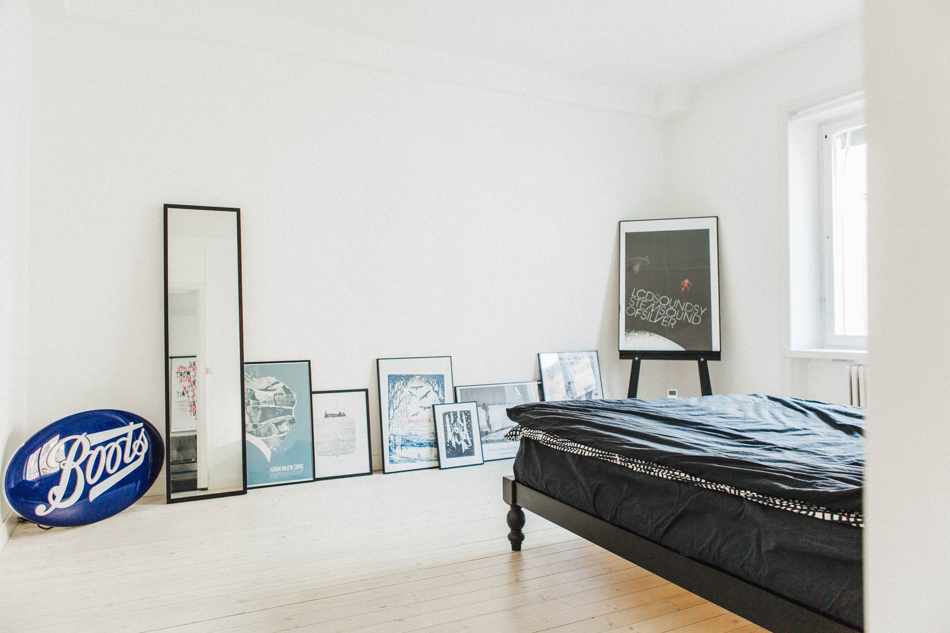 Slaapkamer met een minimalistische loft sfeer