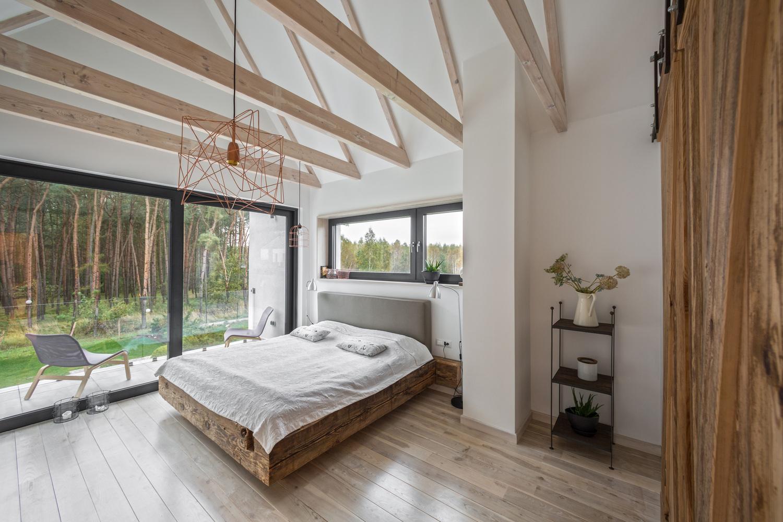 Slaapkamer met een rustieke boerderij sfeer in een moderne woning ...
