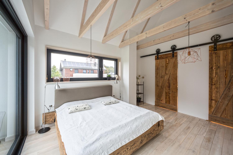 Slaapkamer met een rustieke boerderij sfeer in een moderne woning