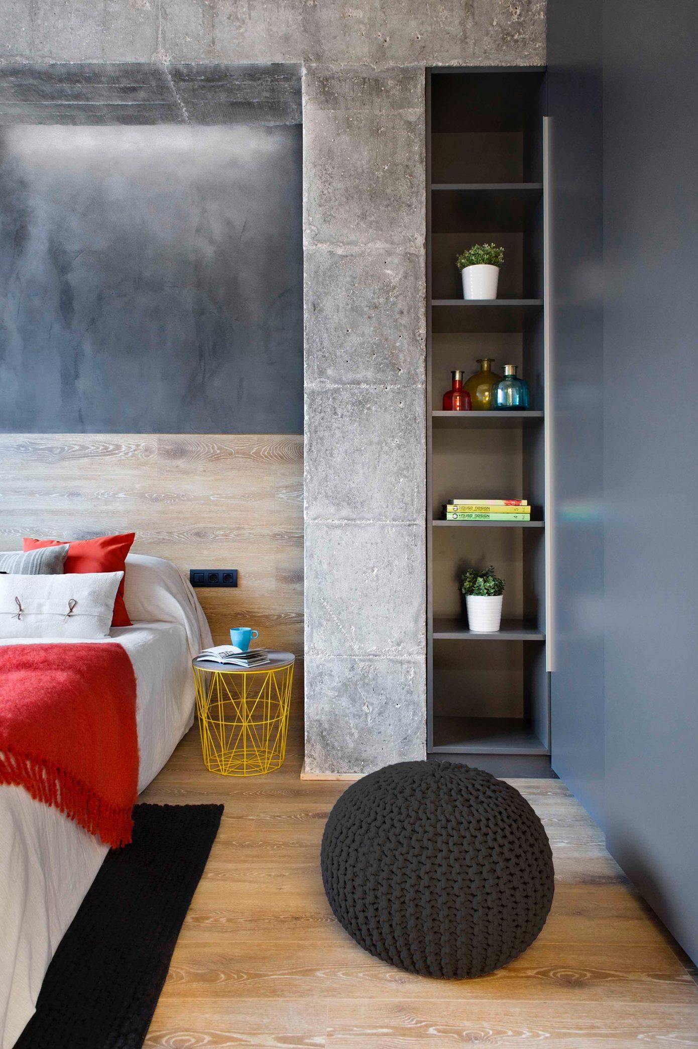 Slaapkamer met hout, beton en betonstuc