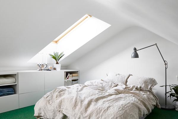 Slaapkamer met IKEA Besta kasten onder schuine wand | Slaapkamer ideeën