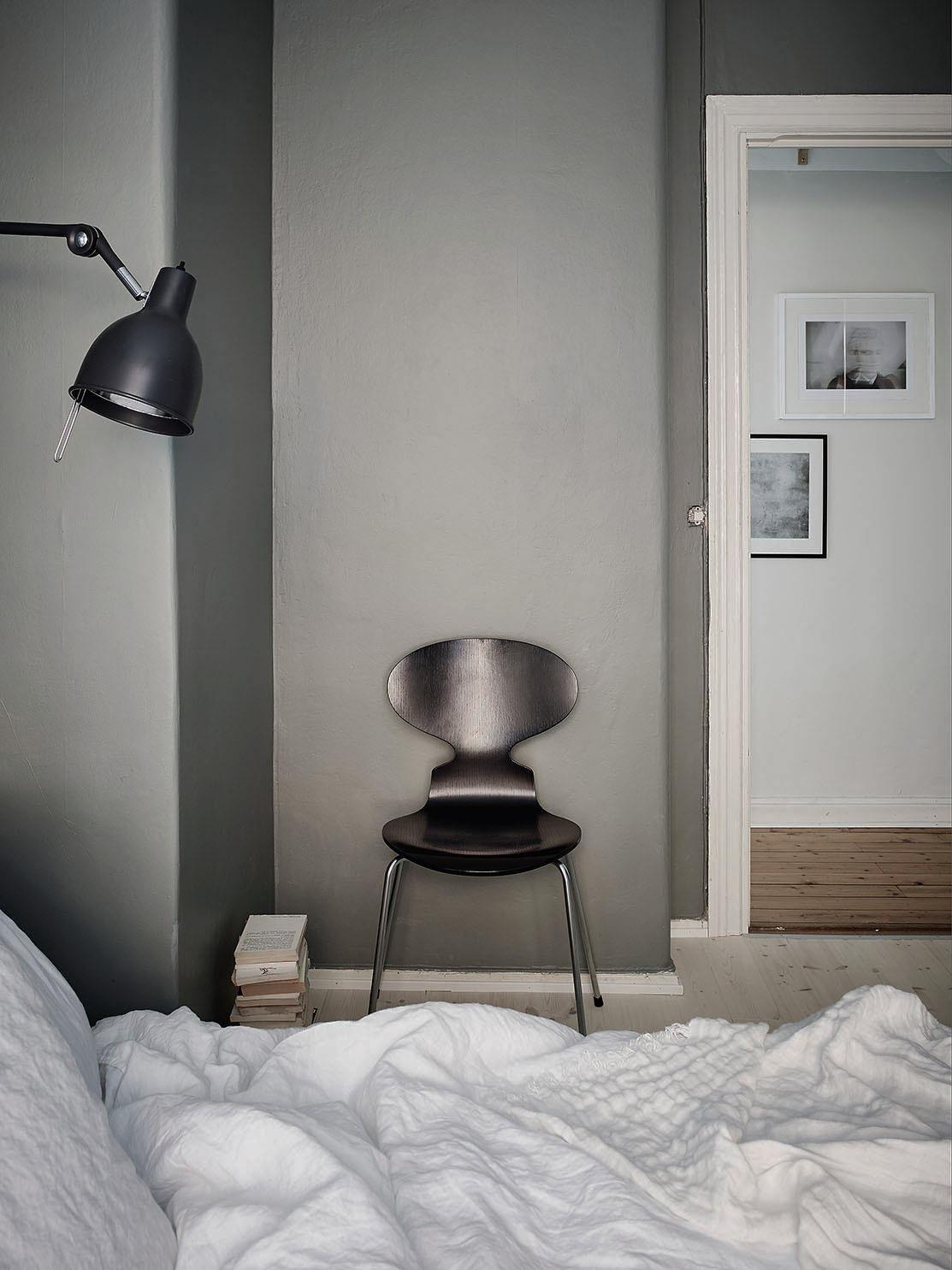 Slaapkamer met matte donkergrijze kalkverf | Slaapkamer ideeën
