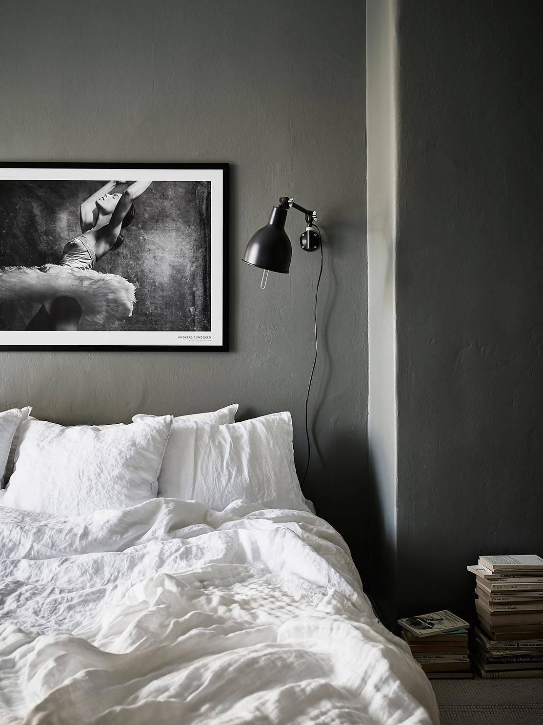 slaapkamer-met-matte-donkergrijze-kalkverf