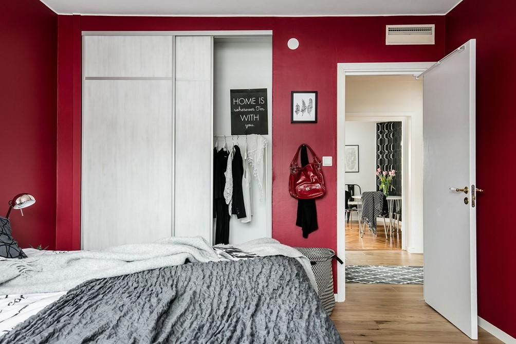 Slaapkamer met rode muren
