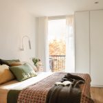 Slaapkamer met strakke inbouwkasten én wastafel