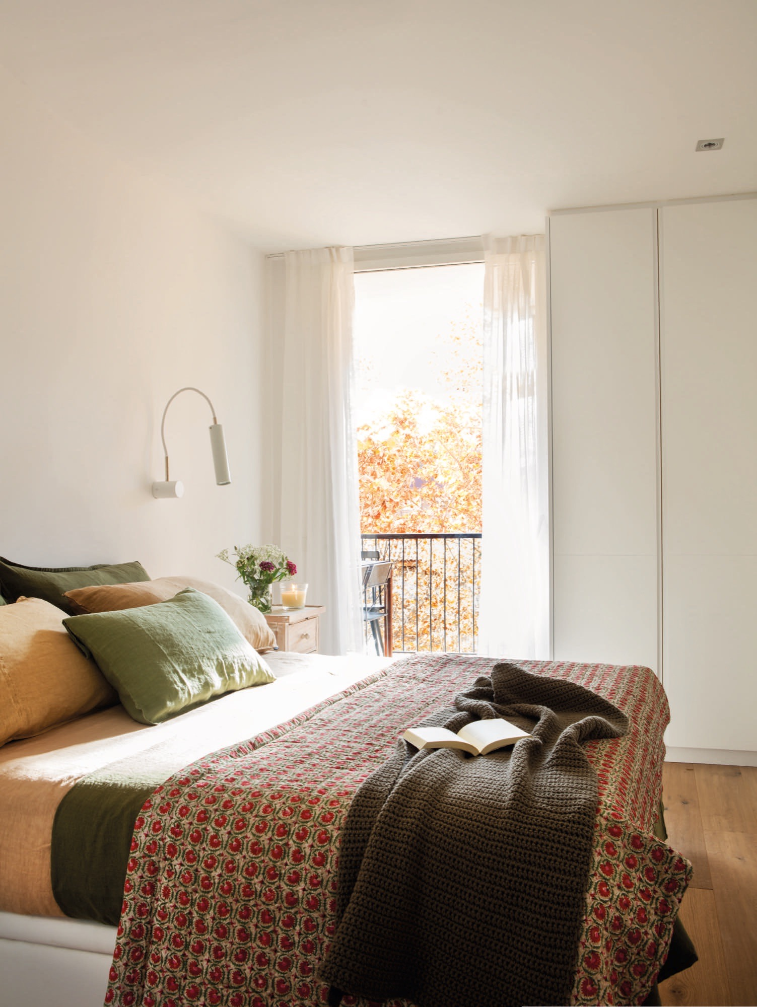 slaapkamer met strakke inbouwkasten n wastafel