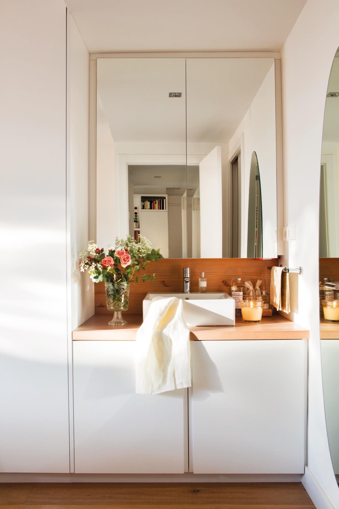 Slaapkamer met strakke inbouwkasten én wastafel | Slaapkamer ideeën