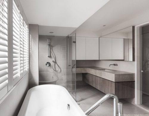 Slaapkamer met uitzicht op badkamer door glazen wand