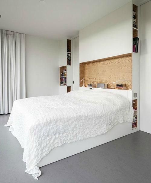 Een mooie op maat gemaakte kastenwand achter het bed.