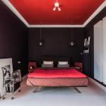 Slaapkamer met paarse muren en rood plafond
