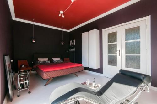 Slaapkamer met paarse muren en rood plafond  Slaapkamer ideeën