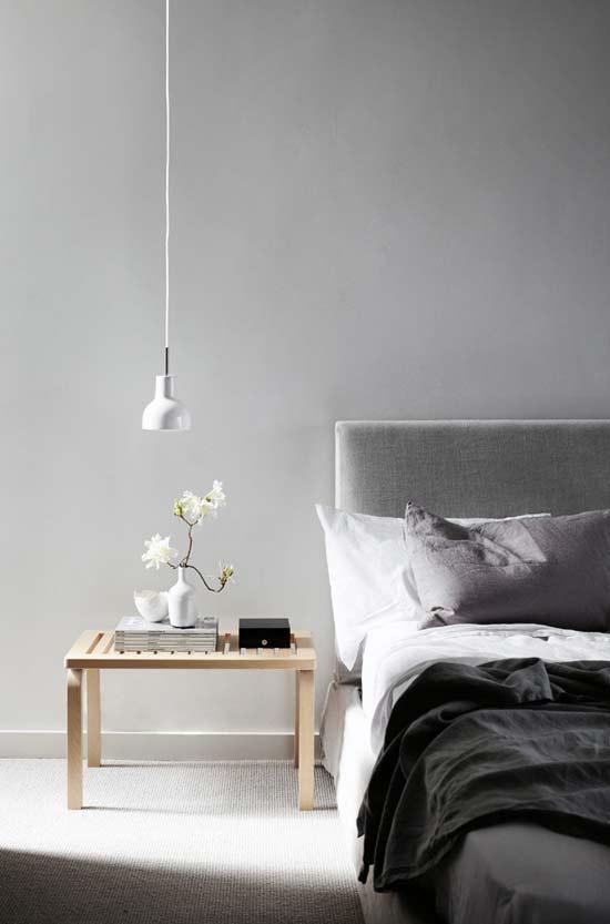 Grijze Slaapkamer Meubels : Grijze muur de lichte tapijten vloer en ...