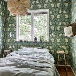 Slaapkamer vol met bloemetjes behang