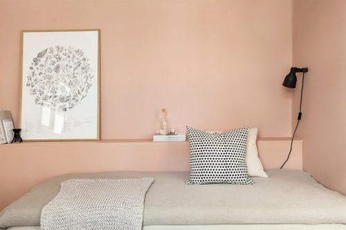 Slaapkamer woonkamer combi in een klein eenkamerappartement van 23m2