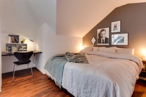 Slaapkamer met een zwarte stalen industriële wand