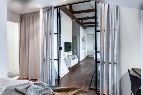 Slaapkamer met een zwarte stalen industriële wand  Slaapkamer ...