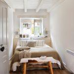 Smalle idyllische slaapkamer met badkamer en suite