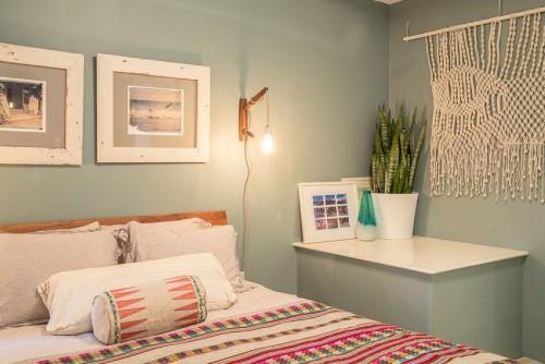 ... houten planken op de vloer en mooie vintage meubels en accessoires