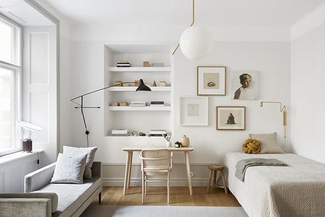 Stijlvolle slaapkamer-woonkamer-werkplek combinatie in een klein Zweeds appartement