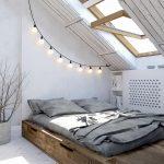 Stoer ontwerp van slaapkamer met schuine muur