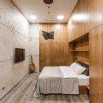 Stoer slaapkamer ontwerp met beton en hout door Andrei Popov