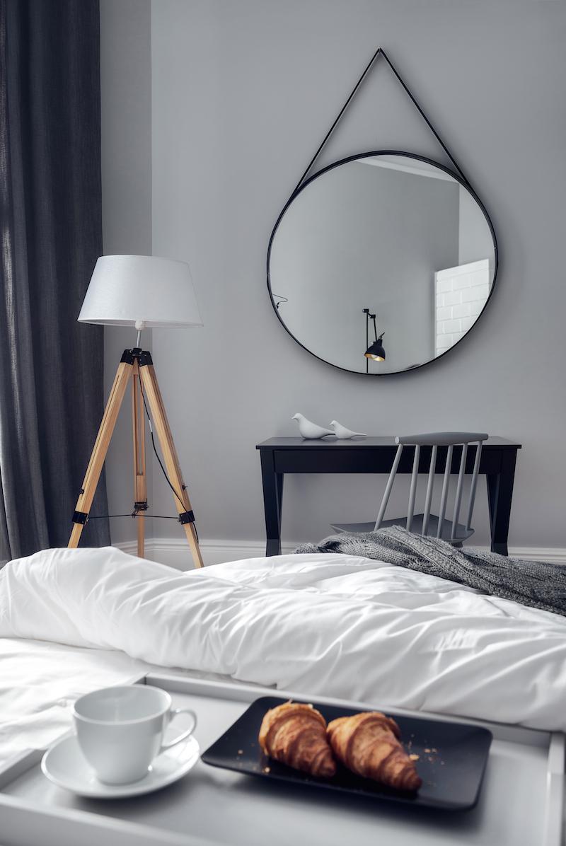 Stoer slaapkamer waar modern, klassiek en industrieel zijn gecombineerd