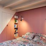Stoere loft slaapkamer met roze muren