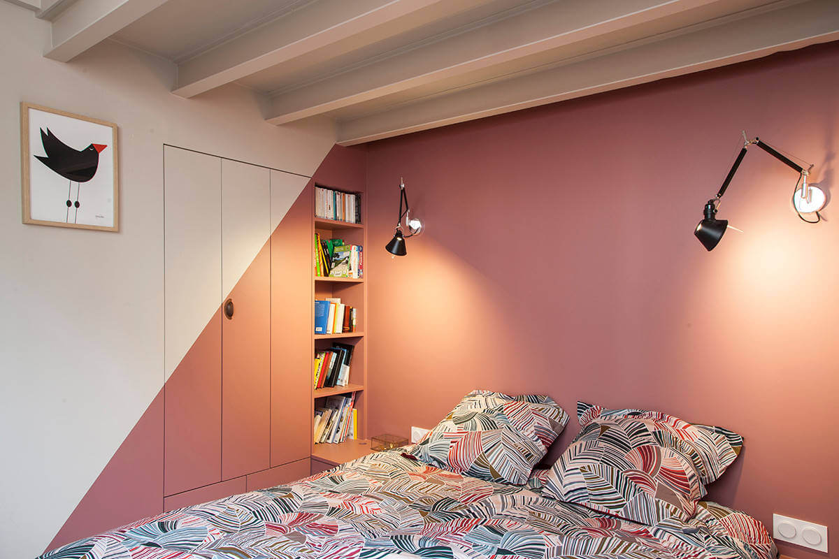 Stoere loft slaapkamer met roze muren | Slaapkamer ideeën