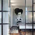 Stoere slaapkamer met glazen wand en industriële kozijnen