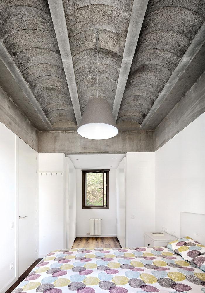 Stoere slaapkamer met gewelfd plafond van beton