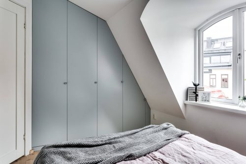Stoere slaapkamer met inbouwkast in schuine wand slaapkamer ideeën