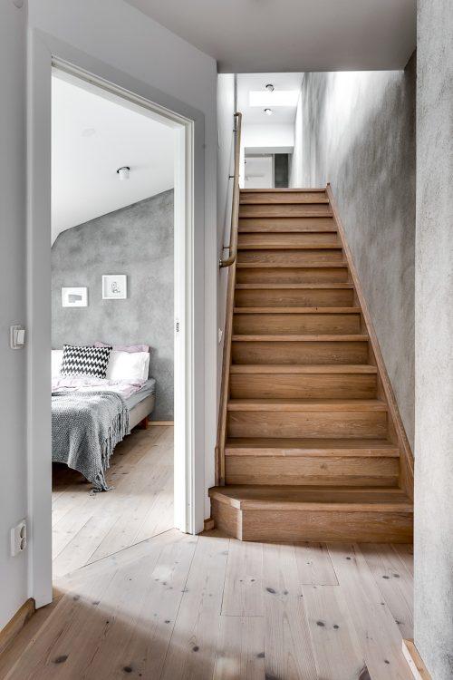 stoere slaapkamer met inbouwkast in schuine wand