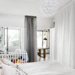 Stoere slaapkamer met open kledingkast en badkamer en suite
