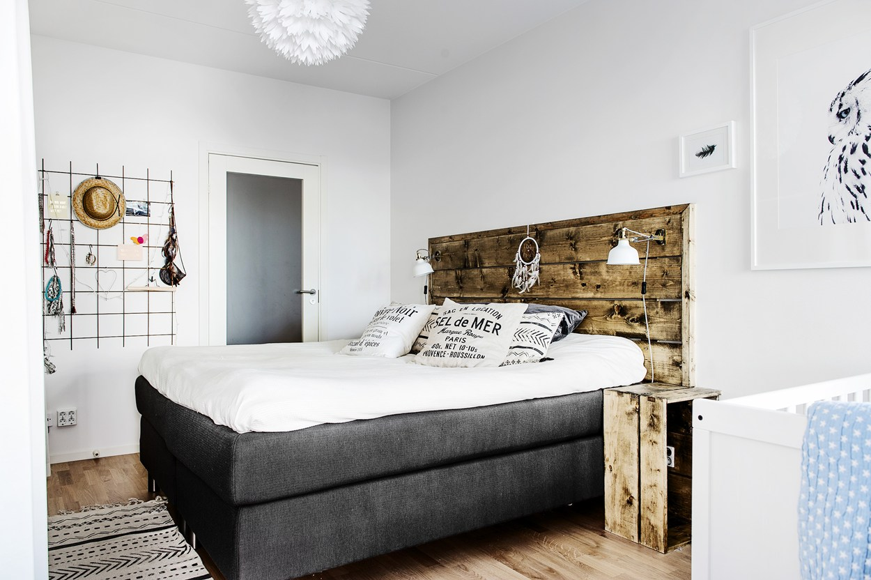 Stoere slaapkamer met open kledingkast en badkamer en suite ...